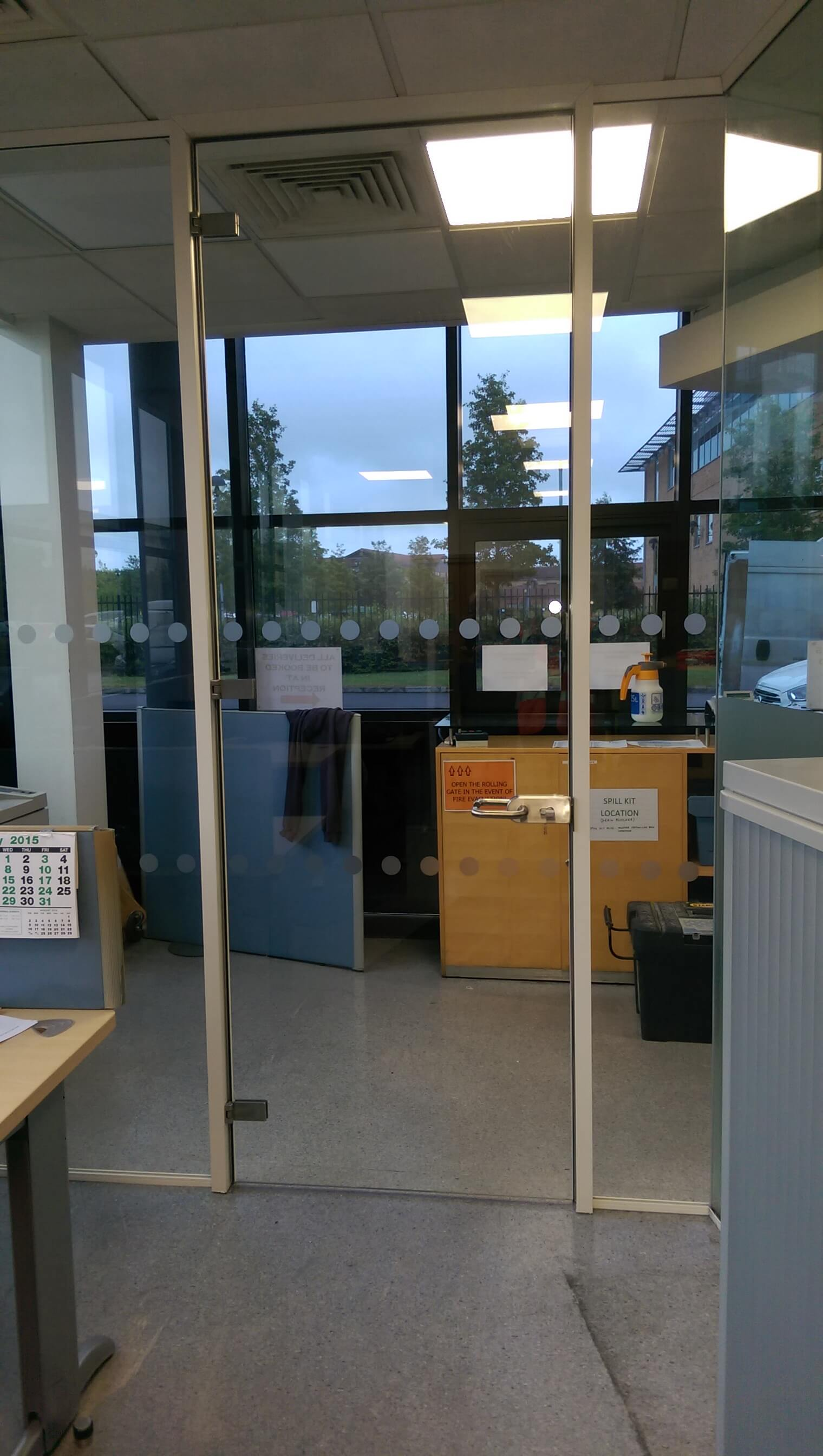 Fully lockable glass door